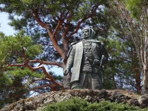 謙信公銅像前